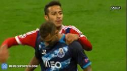 Enlace a GIF: Gran gesto de Thiago Alcántara consolando a Quaresma en el descanso