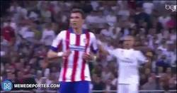 Enlace a GIF: Pepe pasa corriendo y celebrando la clasificación en la cara de Mandzukic. Modales y educación
