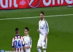 Enlace a GIF: Ramos vacila a Giménez del Atleti diciendo que no le conoce