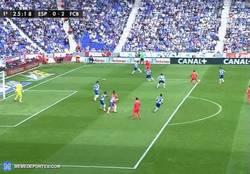 Enlace a GIF: Segundo del Barça, de Messi. Asistencia de Suárez, que puede estar en fuera de juego