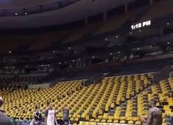 Enlace a GIF: LeBron James mete este canastón desde su casa después del partido