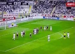 Enlace a GIF: Así ha sido el golazo de Pirlo al Torino