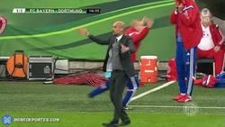 Enlace a GIF: La bronca de Guardiola con el posible penalti