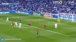 Enlace a GIF: Golazo de James que salva al Real Madrid de momento