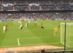 Enlace a GIF: El golazo de James Rodriguez ante Almería visto desde la grada