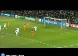 Enlace a GIF: No todos saben marcar a lo Panenka aunque el rival sea pequeño: Cristiano vs Copenhague