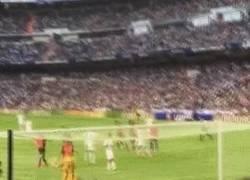 Enlace a GIF: La cara B del fútbol - Aficionados que se juegan la vida con cada falta que tira Cristiano