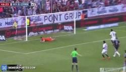 Enlace a GIF: Sergio Ramos regala un penalti al Sevilla y Bacca no perdona