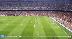 Enlace a GIF: El gol de Messi desde la grada. El linier se desorienta mientras le rompen la cadera a Boateng