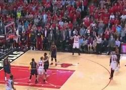Enlace a GIF: Triplazo de Derrick Rose para ponerse por delante en la eliminatoria contra los Cavaliers