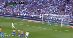 Enlace a GIF: Cristiano falla el penalti frente al Valencia