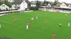 Enlace a GIF: Golazo de chilena desde fuera del área en cuarta división del fútbol alemán