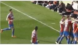 Enlace a GIF: Un espectador le lanza una botella a Bolasie y él la rechaza like a boss