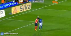 Enlace a GIF: Golazo estilo fútbol-sala en la liga colombiana