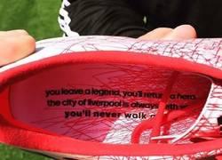 Enlace a El mensaje de Adidas en las botas de Gerrard para su último partido en Anfield