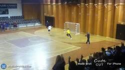 Enlace a GIF: Portero se marca el fail del año en futsal