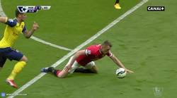 Enlace a GIF: Atención a la manera de defender de Phil Jones