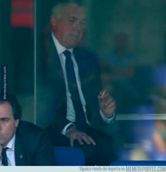 553311 - Lo mejor del Real Madrid en la primera parte: Ancelotti echándose un cigarro