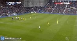 Enlace a GIF: Pelea con Diego Costa y balonazo de Cesc a un jugador del West Brom. Expulsado Cesc.