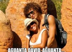 Enlace a David Luiz reprimiendo sus ansias de amor