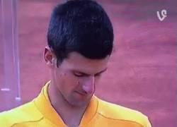 Enlace a GIF: Djokovic se autodispara con un corcho tras su título en Roma