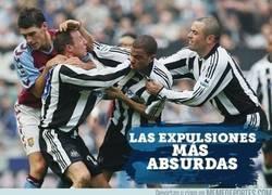 Enlace a Las expulsiones más absurdas en el fútbol