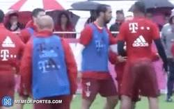 Enlace a GIF: El pique entre Lewandoski y Boateng. ¿Le habrá dicho algo de su cadera?