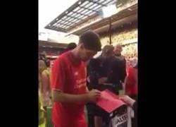 Enlace a GIF: Gerrard se negó a firmar una camiseta de LA GALAXY por respeto al club