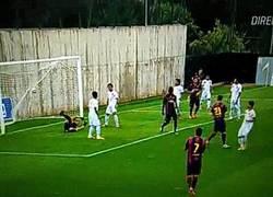 Enlace a GIF: El gol que marcó Vermaelen en el único partido (amistoso) que ha jugado con el Barça, ¿marcará?