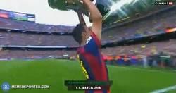 Enlace a GIF: ¡Xavi levanta la Liga! ¡Campeones!