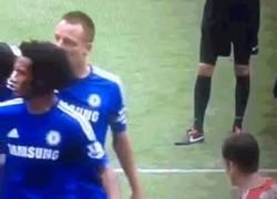Enlace a GIF: Así se fue del campo Drogba en su último partido con el Chelsea. ¡Leyenda!