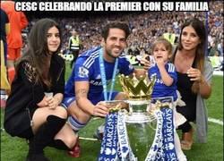 Enlace a Cesc celebrando la premier con su familia
