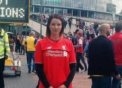 Enlace a Aficionada del Liverpool en Wembley al no estar su equipo en la final :(