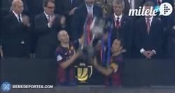 Enlace a GIF: ¡Los campeones levantan la Copa!