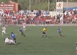 Enlace a GIF: Secuencia completa de la lesión del árbitro (Huracán Valencia-UD Logroñés)