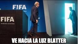 Enlace a Foto histórica de la dimisión de Blatter