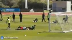 Enlace a GIF: Brutal humillación de Saul a Casillas, haciendo un Robben
