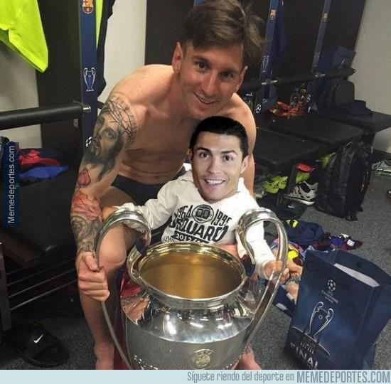 576531 - Messi y su hijo con su juguete nuevo