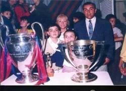 Enlace a Xavi posa en 1992 con la primera Champions del Barcelona. 23 años después levanta su cuarta