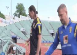 Enlace a GIF: Zlatan marcándose un Zlatan