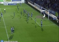 Enlace a GIF: Éste ha sido elegido como el mejor gol de la temporada