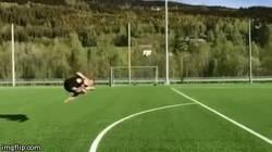 Enlace a GIF: Golazo freestyle de Øystein Bråten