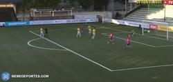 Enlace a GIF: Henrik Larsson (43 años) y entrenador del Helsingbor, se sustituye, entra al campo y marca gol