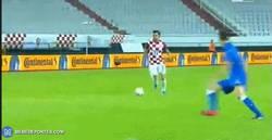 Enlace a GIF: Gol de Mandzukic que adelanta a Croacia en el marcador frente a Italia