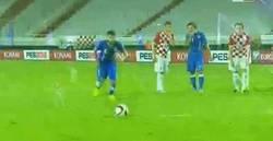 Enlace a GIF: Golazo de Candreva a lo Panenka para dar el empate a Italia