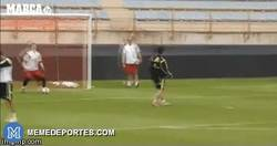 Enlace a GIF: La vaselina de Isco a Casillas en el entrenamiento con España