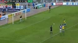 Enlace a GIF: Araujo manda el penalti a su casa. Igualmente Las Palmas pasa a la final del playoff de ascenso