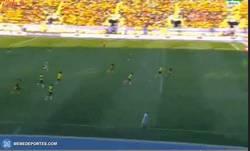 Enlace a GIF: Gol de Rondón que adelanta a la Vinotinto