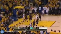 Enlace a GIF: Harrison Barnes con el mate sobre Lebron James