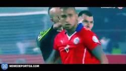 Enlace a GIF: Vuoso tuvo altercados con Medel y Vidal. Grandes reflejos del mexicano
